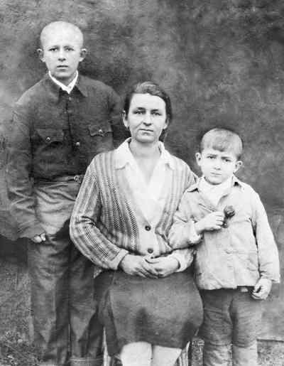 Микола Сядристий (зправа) з матір'ю та братом